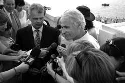 Yann Arthus-Bertrand et le vice-gouverneur Viktor Kazakov