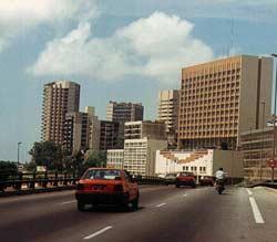 La ville principale du pays, Abidjan, est ouverte à la modernité