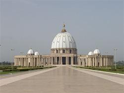 La cathédrale Notre Dame de la Paix à Yamoussoukro est une des plus grandes dans le monde
