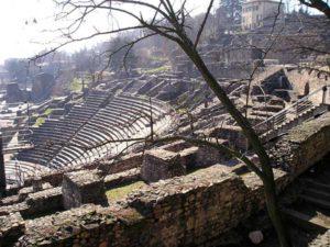 L'amphitheatre romain a été redecouvert en 1956, alors qu'on cherchait son emplacement depuis un siecle.