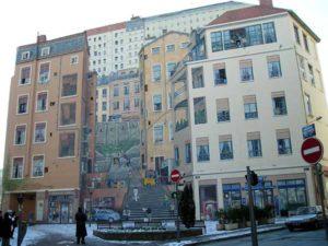 Le Mur des Canuts. Traite en trompe l'oeil, ce mur peint de 1200 m2 donne sa physionomie si particuliere au quartier.