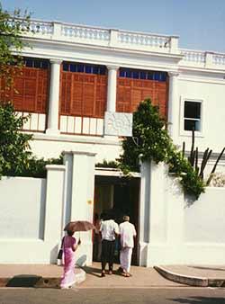 A l'entrée de l'Ashram